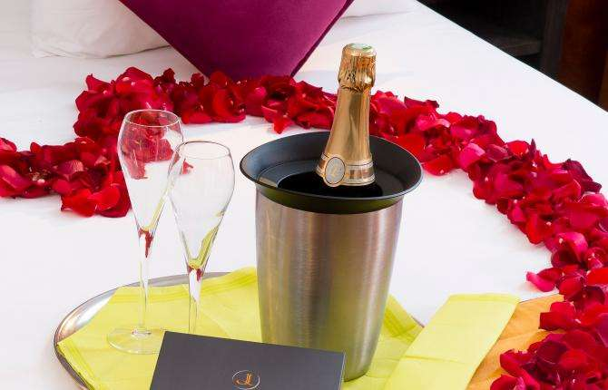 Hotel du Plat d'Etain - Champagne in your room